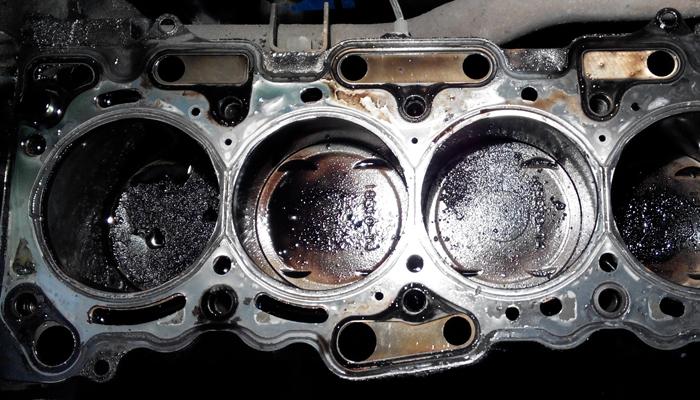 Двигатель стучит и дымит